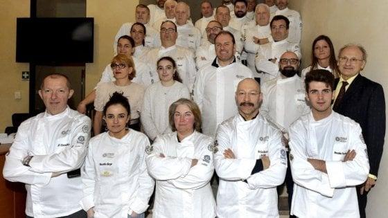 """Parma, gli chef cucinano per medici e infermieri: """"La cosa più bella è vederli gioire quando arriviamo"""""""