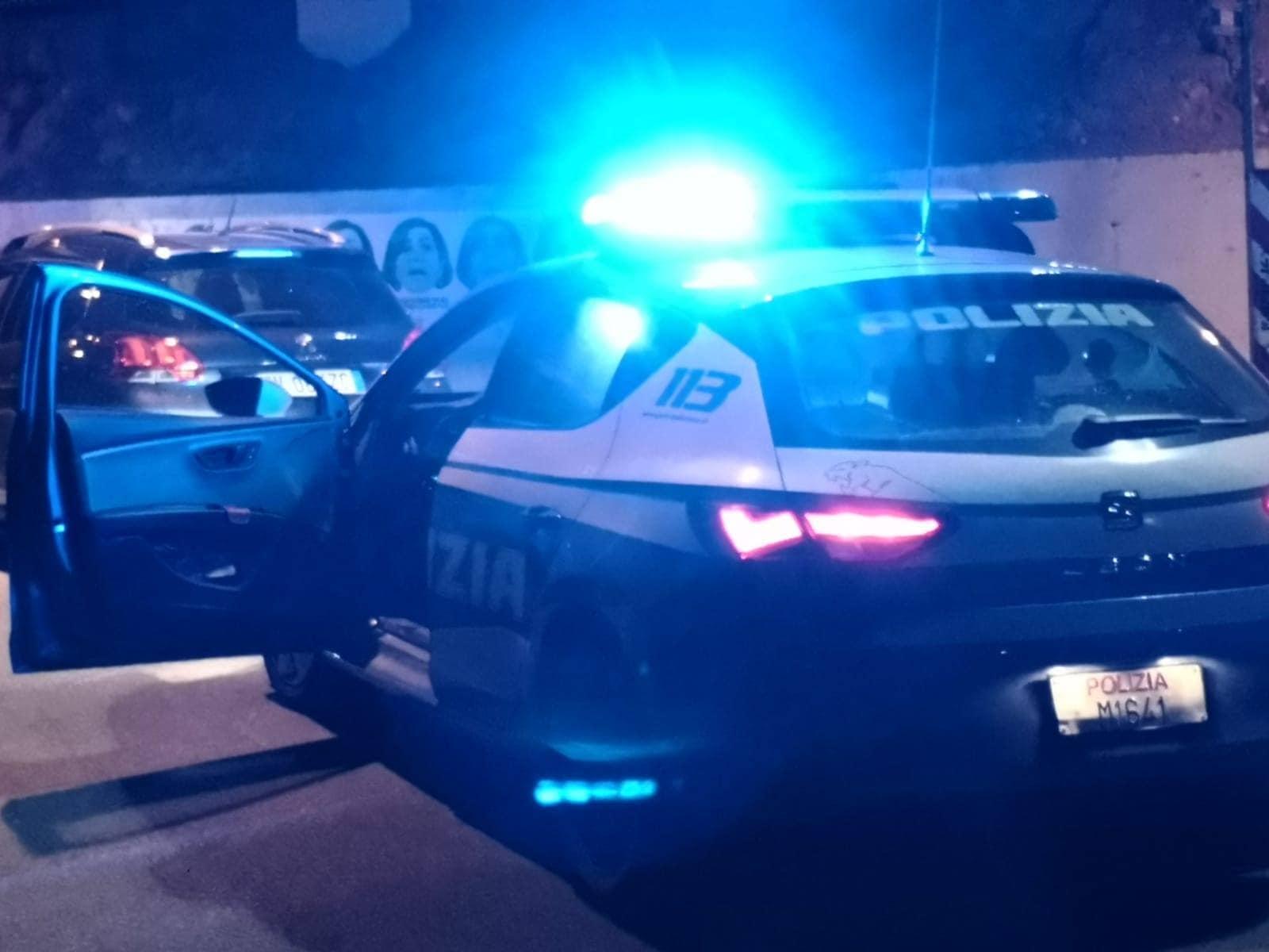 """Piazzano sbarre lungo la strada di notte, denunciati tre giovani a Parma. """"A casa ci annoiavamo"""""""