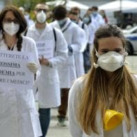 Imbuti e cartelli: a Parma il flash mob dei giovani medici - Foto
