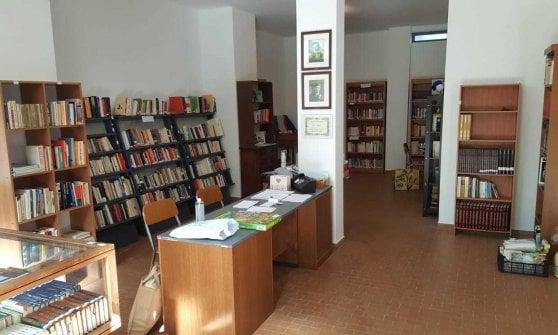 Parma, la tombolata dai balconi inaugura la biblioteca sociale