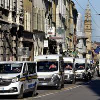 Parma, la parata dei mezzi dell'Assistenza Pubblica per le vie del centro