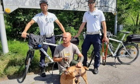 Parma, pattuglia in bici della municipale salva pittbull segregato