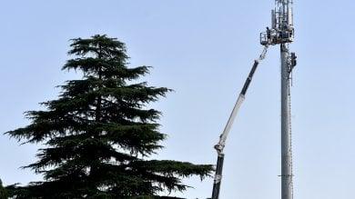 Nuove antenne telefoniche:  operai acrobati sul pilone -   Foto