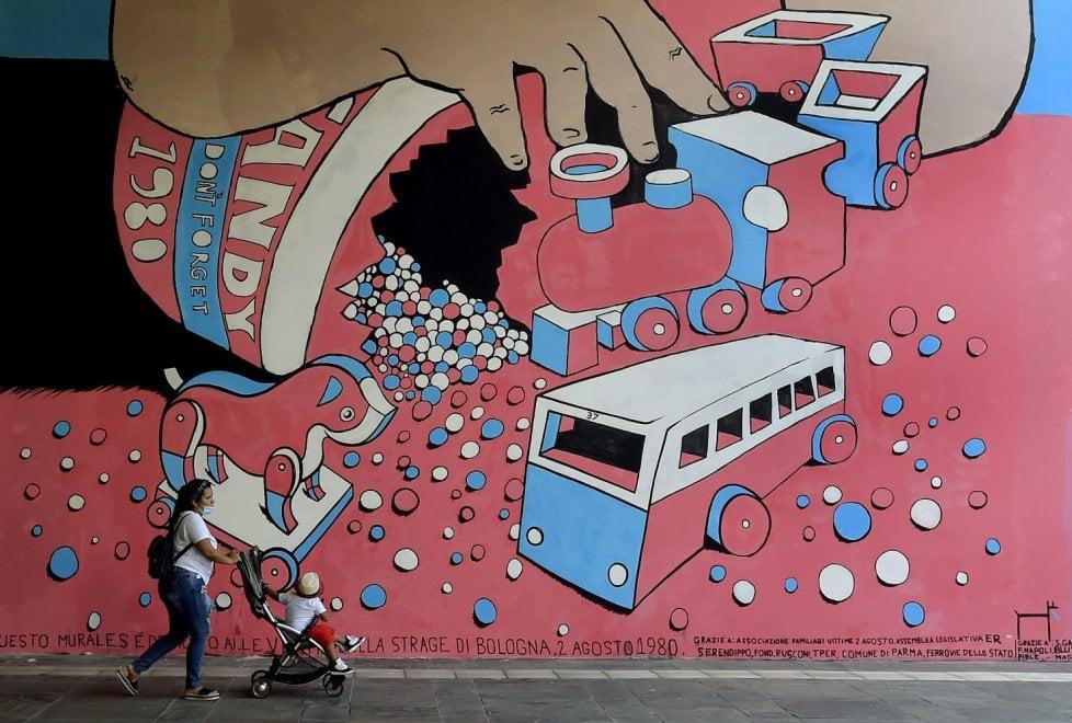 Parma, inaugurato il murale che ricorda la strage del 2 agosto a Bologna