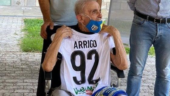 Il regalo di compleanno è cosa fatta: Arrigo riceve la maglia del Parma calcio