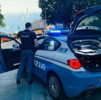 Strappa la collana a una donna nel sottopasso di via Trento: scippatore