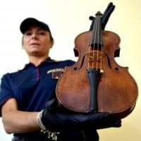 Parma, gli agenti cercano droga a casa di un pusher e trovano un violino Amati del 1675...