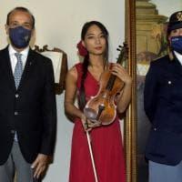 Chiesa della Steccata, la musicista suona il violino ritrovato dalla polizia - Foto