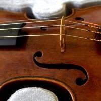La storia del violino da un milione di euro ritrovato a Parma: foto e video