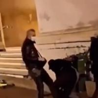 Parma, poliziotto dà un calcio a un manifestante in piazza