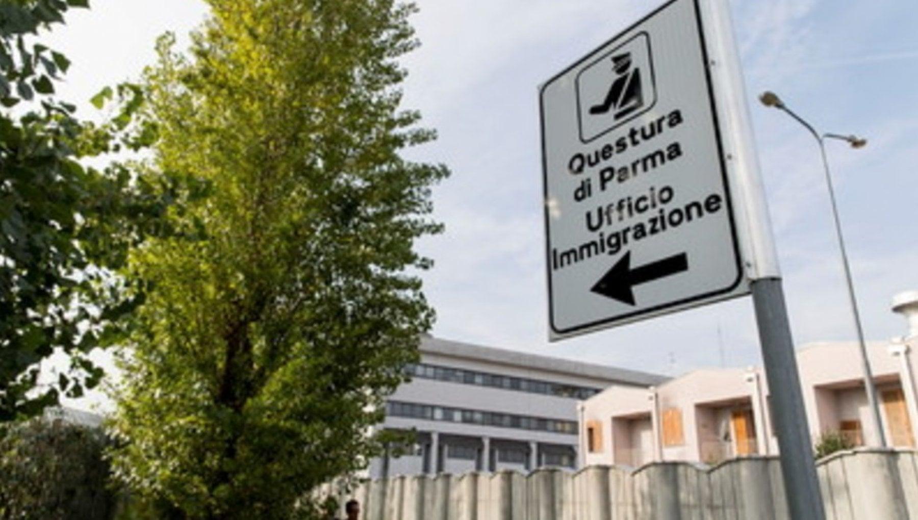 Permessi Di Soggiorno Piu Veloci Dietro Pagamento Ai Domiciliari Agente Di Polizia A Parma La Repubblica