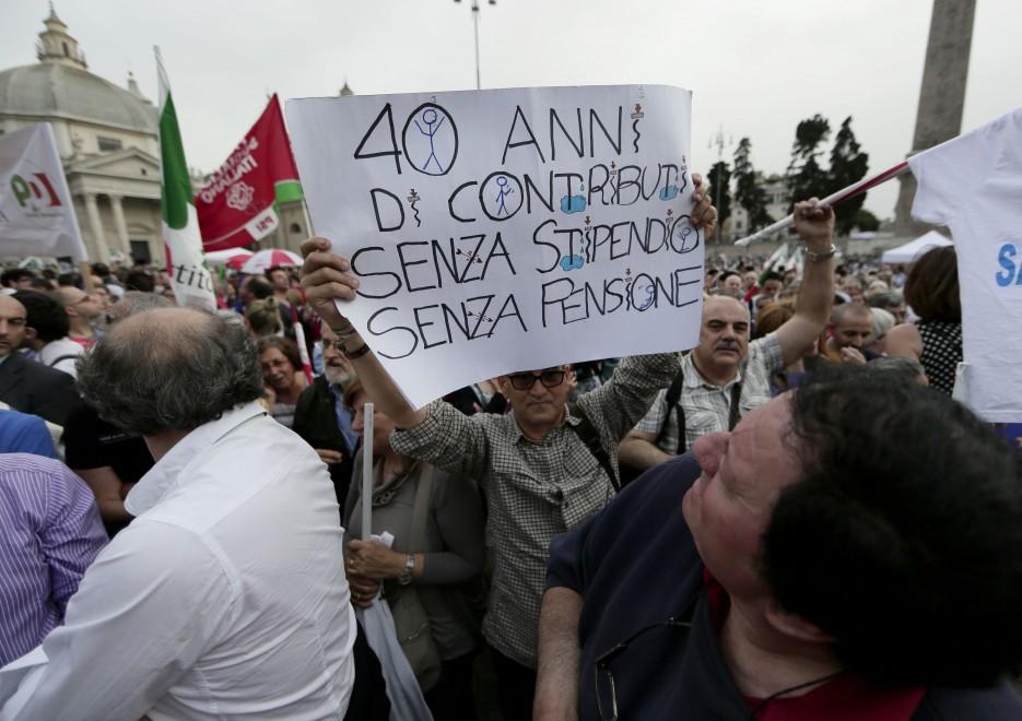 Europee, volti e striscioni al comizio di Renzi a piazza del Popolo