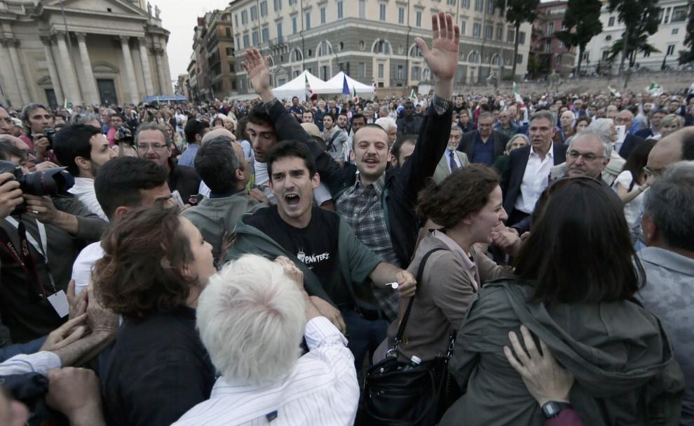 Europee, blitz dei movimenti per la casa in piazza del Popolo. Rissa e arresti