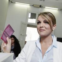 Europee, la fidanzata di Berlusconi vota a Roma: Francesca Pascale al seggio del liceo Visconti