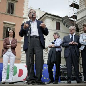 """Europee, festa del Pd romano in piazza Farnese. Cosentino: """"Serve una svolta per la città"""". E Marino non c'è"""