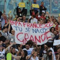 """""""Evviva il Papa"""", gli striscioni allo stadio Olimpico di Roma"""