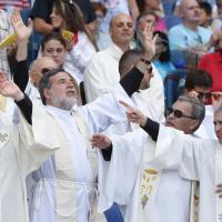 Papa allo stadio Olimpico, l'esultanza di preti e suore