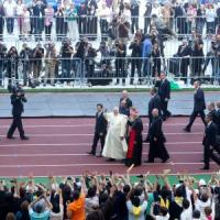 Il Papa allo stadio Olimpico: 90 minuti di incontro con 50 mila fedeli