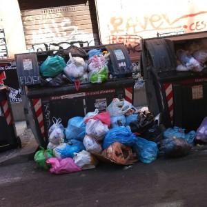 Le strade dell'immondizia. Dal centro alla periferia un'invasione di sacchetti