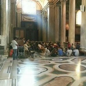 """Casa, gli sgomberati di Torre Spaccata nella basilica di Santa Maria Maggiore: """"Chiediamo asilo al Papa"""""""