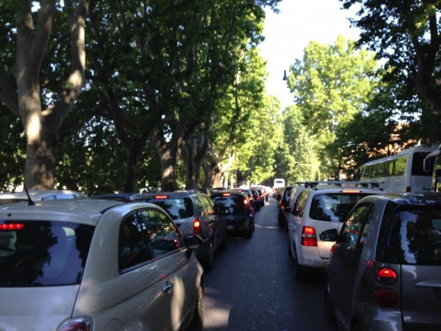 Roma, sciopero dei dipendenti comunali: traffico in tilt e i box dei vigili vuoti