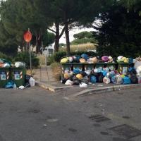 Aurelio, una montagna di sacchetti dei rifiuti accanto ai bidoncini stracolmi