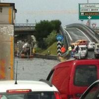 Maltempo, il Raccordo di nuovo allagato: chilometri di fila e automobilisti bloccati