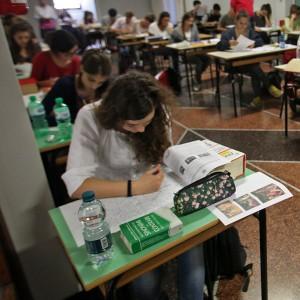 Maturità, al via la seconda prova tra il greco e matematica. Atto vandalico al Torricelli: compito in palestra