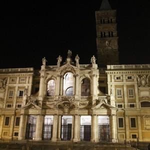 Gli occupanti di Santa Maria Maggiore sistemati nel parcheggio: salta l'incontro con il Papa