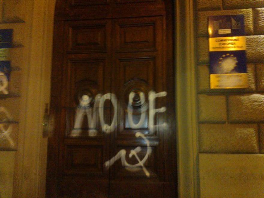 Roma, imbrattato nella notte il portone della sede della Commissione europea