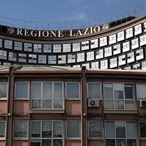 Con il cappio al collo sull'albero davanti alla sede della Regione Lazio