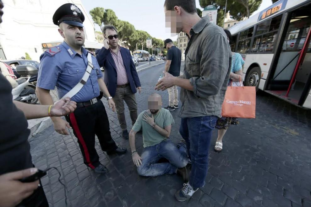 Giovane filopalestinese aggredito in piazza Venezia