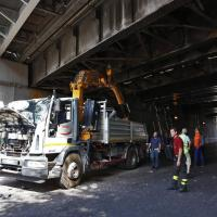 Tuscolana, camion si incastra sotto al ponte. Traffico in tilt