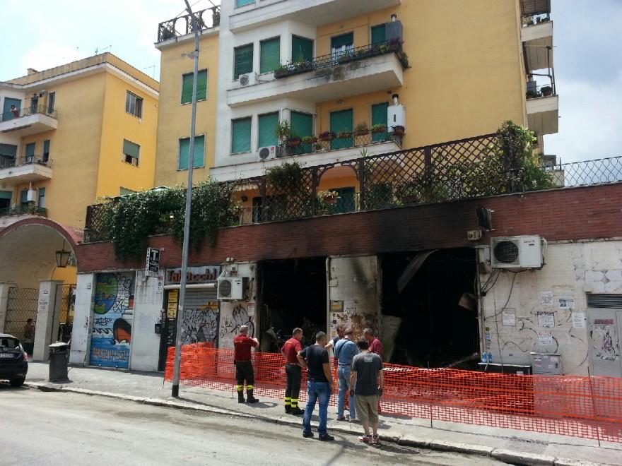 Via tuscolana esplosione in un bar fa crollare il solaio for Un aiuola dell appartamento