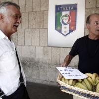 Caso Tavecchio, un cesto di banane alle sede della Figc