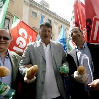 """Campidoglio, i sindacati distribuiscono pane e acqua: """"No al bilancio 2014"""""""
