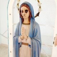 """Latina, vandali nella chiesa """"Stella Maris"""": imbrattata la statua della Madonna"""
