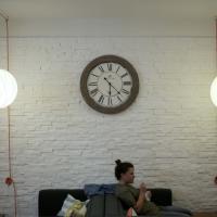 """L'Anticafè, benvenuti nel primo bar """"a tempo"""" dove tutto è gratis tranne i minuti"""