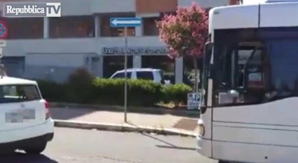 Auto in sosta selvaggia, bus bloccato per un'ora