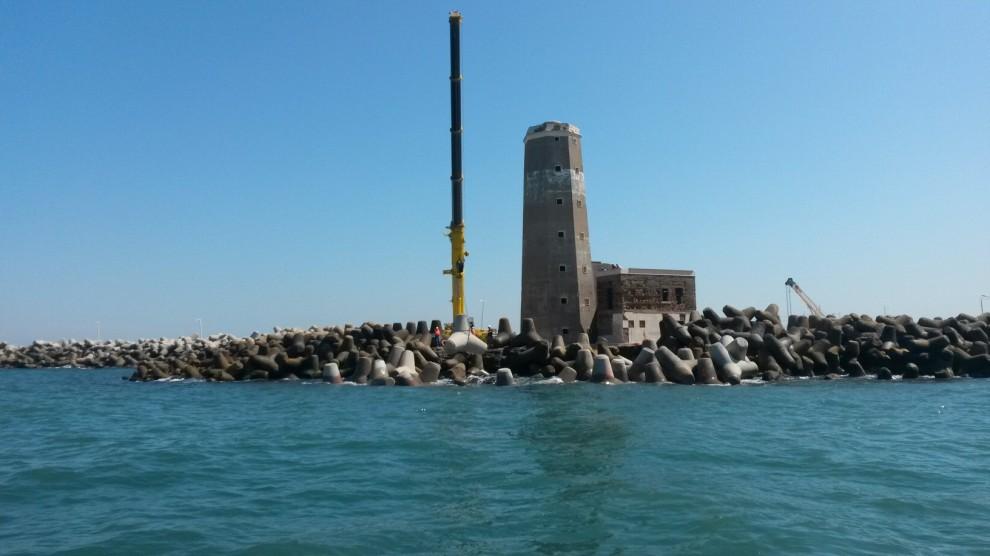 Massi anti-mareggiate e protezione, il cantiere del vecchio faro di Fiumicino