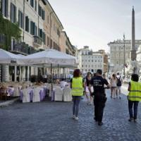 """Piazza Navona, è ancora guerra sui dehors. I ristoratori: """"I vigili hanno bloccato l'allestimento dei tavoli regolari"""""""