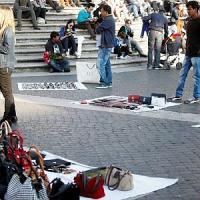 """Piazza di Spagna, ancora rapine. Aggredita una famiglia di turisti: """"Assaliti davanti al nostro bimbo"""""""