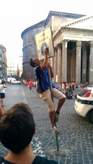 Pantheon, il deocoro è fai-da-te: ecco i volontari anti-adesivi