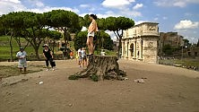 """Colosseo, il """"piedistallo"""" dei selfie nel degrado"""