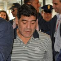 Verso la Partita per la pace, Maradona e Violetta sbarcano a Fiumicino