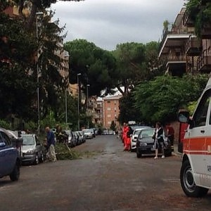 Pioggia e vento a Roma: in via Nomentana albero su un'auto, 4 feriti. Nave urta molo a Civitavecchia