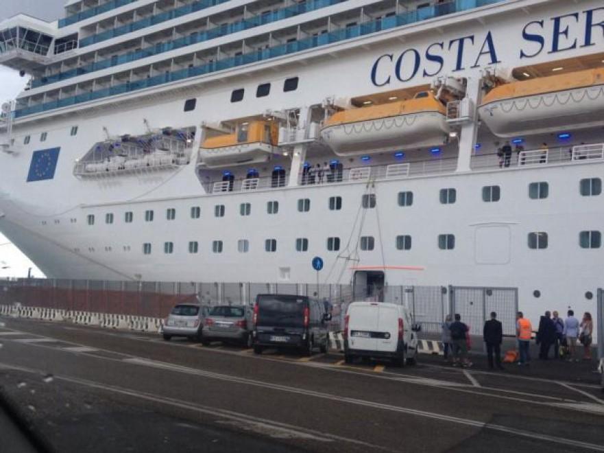 Maltempo, Costa Serena urta il molo di Civitavecchia. Crocieristi bloccati per 24 ore