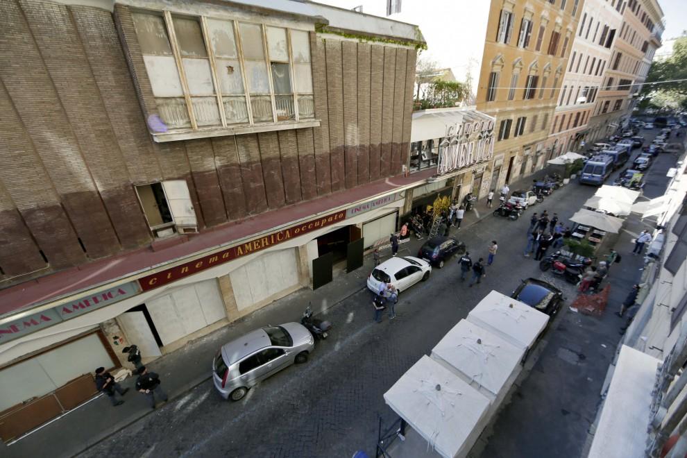 Sgomberato il cinema america occupato camionette a for Interno 5 b b roma