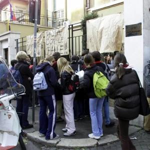 """""""Bullismo al liceo Chateaubriand"""": la denuncia della moglie dell'ex console di Parigi a Roma"""