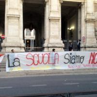 Blitz degli studenti davanti al Miur: ''La scuola siamo noi''